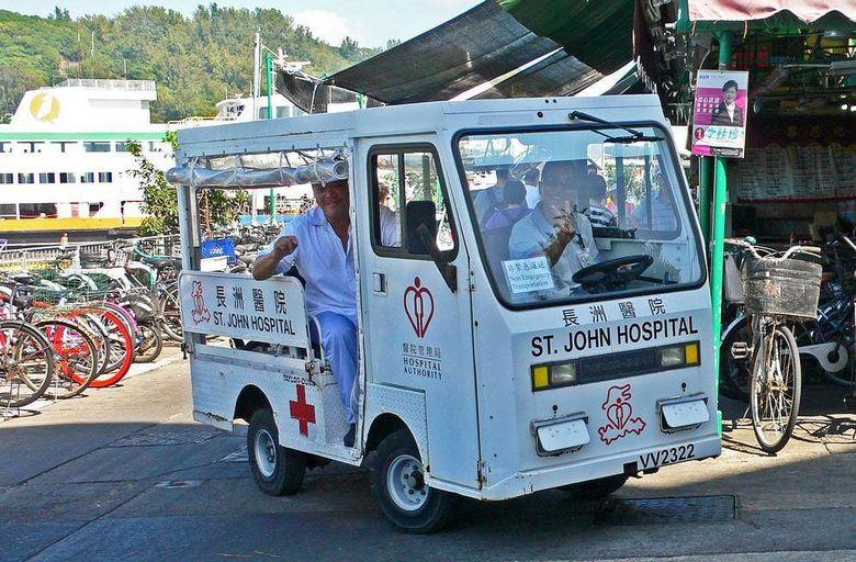 Tempatnya di Pulau Cheung Chau Hongkong, di sini terdapat banyak mobil pedesaan. Bedanya di sini mobil desa pun bisa digunakan untuk mobil ambulans. Istimewa/Industrialhistoryhk.