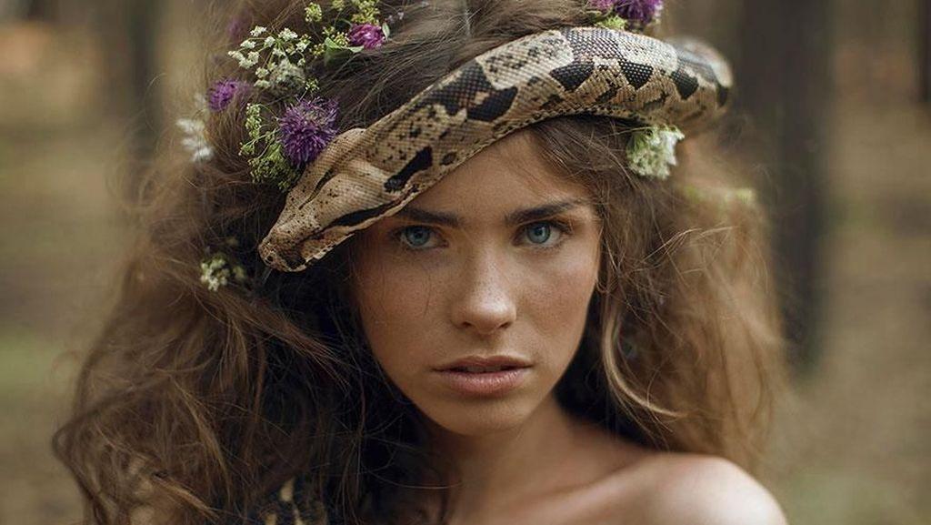 Tanpa Editan! Model Cantik Berpose dengan Ular Hingga Harimau