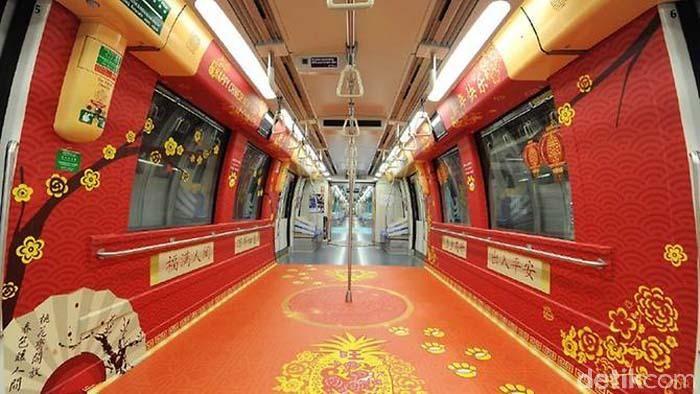Kereta MRT bernuansa Imlek. Menariknya, masing-masing rangkaian kereta memiliki warna berbeda. Ada yang didominasi merah maupun biru.