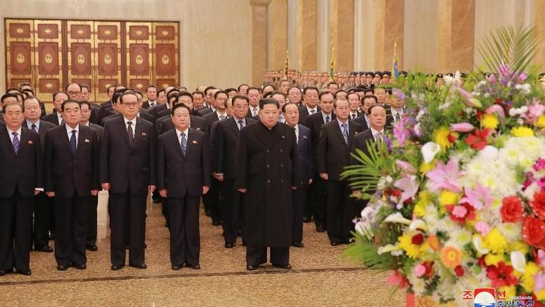 Momen Peringatan Kelahiran Mendiang Ayah Kim Jong Un