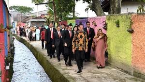 Foto: Jokowi Lewati Gang untuk Hadiri Pernikahan Anak Mantan Sopir