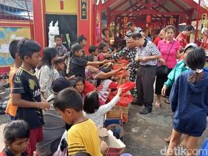 Imlek, Warga Berbagi Angpao di Vihara Bahtera Bhakti Ancol