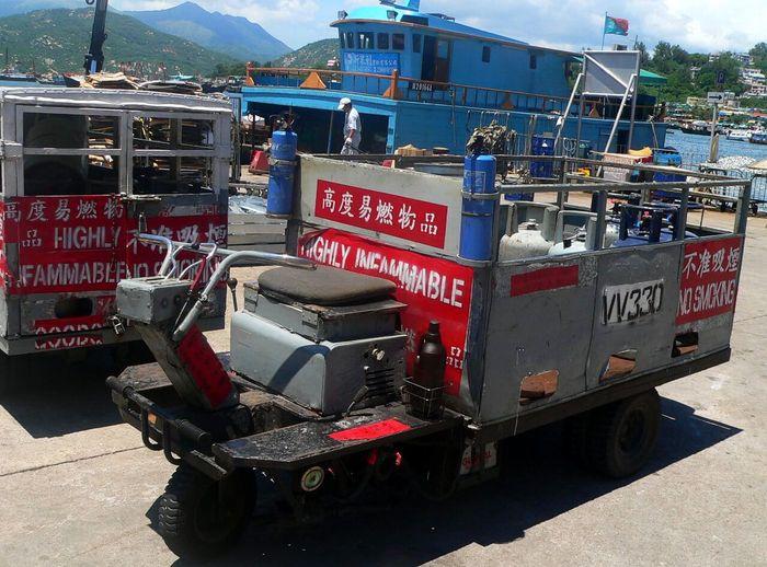 Di Cheung Chau tidak diizinkan mnggunakan mobil, harus bersepeda atau jalan kaki. Maka dari itu mobil desa di sini merupakan inovasi dari sebuah traktor. Istimewa/Industrialhistoryhk.