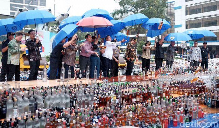 Pemusnahan 142.519 botol miras, 12.919.499 batang rokok, 1.008.624 keping pita cukai, 720 liter etil alkohol, dan 11.974 kemasan obat-obatan, kosmetik, serta suplemen ilegal di kantor pusat Direktorat Jenderal Bea dan Cukai (DJBC) Rawamangun, Jakarta Timur, Kamis (15/2/2018). Pool/Ditjen Bea dan Cukai.