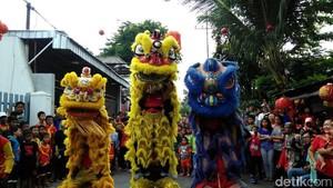 Saat Warga Asyik Nonton Atraksi Barongsai di Surabaya