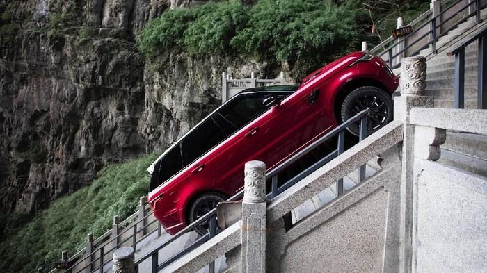 Range Rover Sport PHEV Taklukkan 999 Anak Tangga Menuju Gerbang Surga