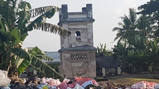 Bekas reruntuhan Masjid Pacinaan Tinggi dan Benteng Speelwijk, kotor oleh sampah.