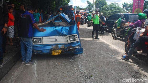 Truk pengangkut semen atau dikenal truk molen menabrak angkot di Jl KH Abdullah Bin Nuh , Kota Bogor.