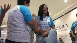 Aktris belia Syifa Hadju menjalani suntik vaksin HPV (Human Papilloma Virus) pertamanya. Ia mengaku deg-degan.