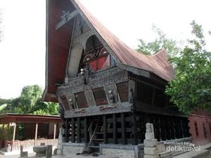 Melihat Rumah Adat Batak di Museum Batak Tomok