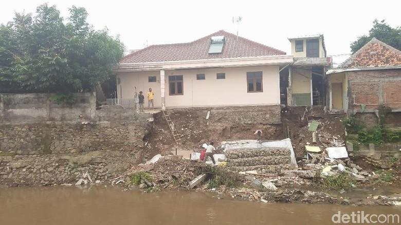 Dekat Jalan Retak, Tembok Belakang 3 Rumah di Kp Berlan Ambrol