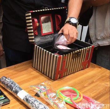 Dhawiya Simpan Peralatan Nyabu dalam Kotak Make-up Bertuliskan Doa