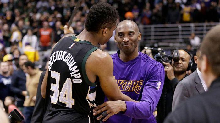 Giannis Antetokounmpo dan Kobe Bryant (Foto: Mike McGinnis/Getty Images)