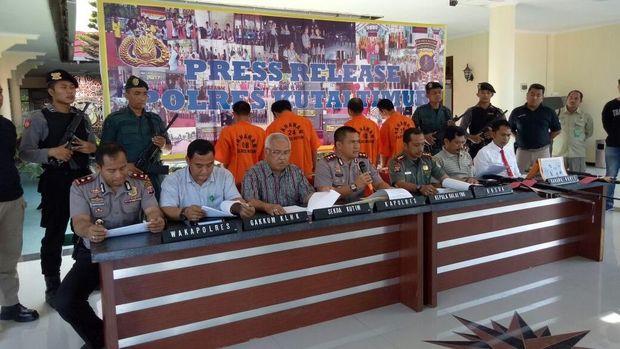 Kapolres Kutai Timur AKBP Teddy Ristiawan menggelar jumpa pers terkait penangkapan pelaku pembunuh orang utan.