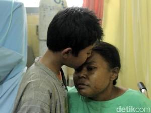 Bocah 10 Tahun di Magelang Ini Sendirian Merawat Ibunya yang Sakit
