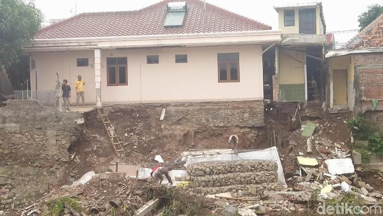 Tembok Belakang Rumah Ambrol Dekat Jalan Retak, Ini Kata Pemilik