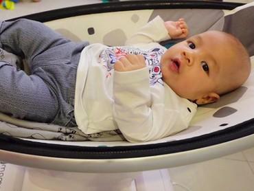 Kai Attar lahir pada 5 Desember 2017. Kalau diperhatiin, Kai mirip banget sama sang kakak, Juna nih. Setuju, Bun? (Foto: Instagram/ @kaiattarsugiono)