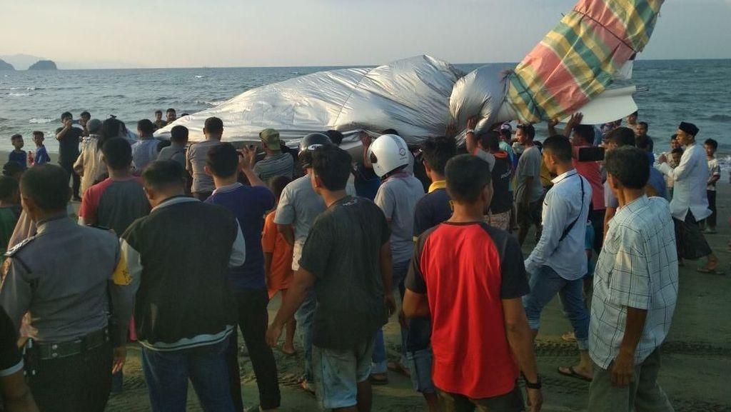 Pesawat Gubernur Aceh yang Mendarat Darurat Jadi Tontonan Warga