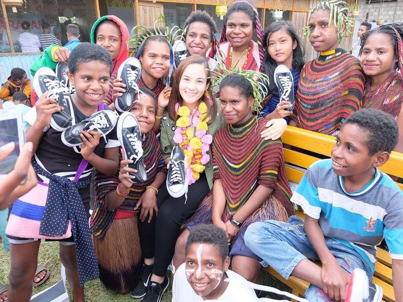 Bersama @thisisapril_ dan @langkahkasih, kita memberikan sepatu untuk anak-anak di Papua agar lebih semangat dan giat belajar. Semoga sepatu ini bisa membawa mereka melangkah lebih maju lagi dan termotivasi untuk sekolah lebih rajin dan menuntut ilmu untuk masa depan mereka, begitu caption pda foto ini di Instagram Chelsea Islan (chelseaislan/Instagram)