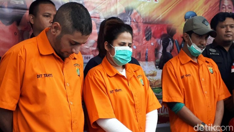 Sang Tunangan Lemas sementara Dhawiya Berkaca-kaca di Rilis Kasus Narkoba