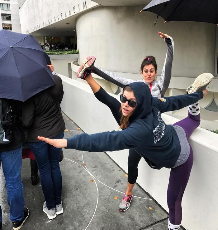 Lelah mengantre, Alex, sapaan akrabnya, malah melakukan gerakan yoga. (Foto: instagram/alexandradaddario)