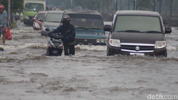 Jalan Raya Porong banjir/