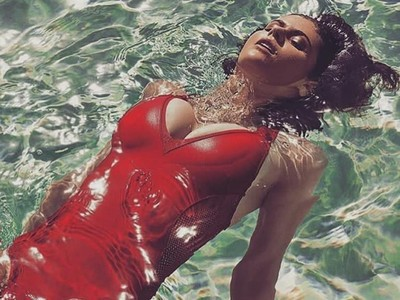 Cantik dan Seksi, Alexandra Daddario Punya Gaya Kocak Saat Olahraga