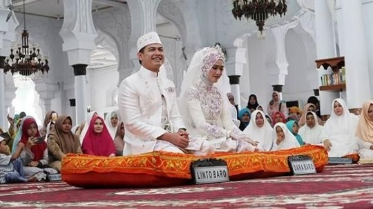Momen Bahagia Pernikahan Tommy Kurniawan dan Pramugari Cantik