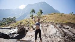 Alexandra Daddario tak hanya lucu saat berperan di film genre romantic-comedy. Ia juga kerap mengunggah momen konyol dan kocak saat olahraga.