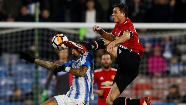 Manchester United menundukkan Huddersfield Town di babak kelima Piala FA.