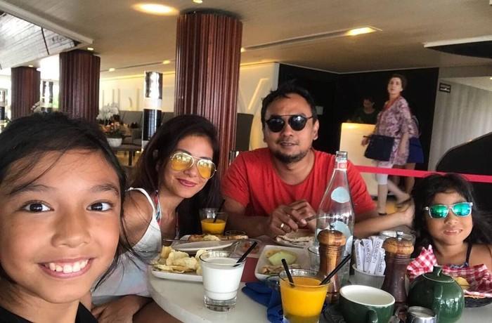 Meisya Siregar dan Bebi Romeo memang terkenal sebagai pasangan yang romantis. Keduanya meluangkan waktu untuk makan bersama kedua putrinya. Foto: Instagram @meisya_siregar
