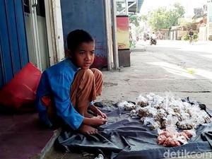 Wafi, Siswa Kelas 3 SD Tak Malu Jualan Kacang di Rembang
