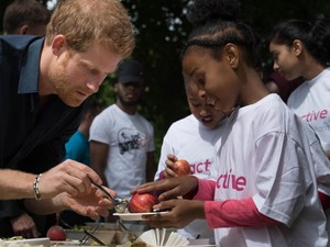 Ini Aksi Pangeran Harry Layani Makan Siang Gratis untuk Anak Sekolah