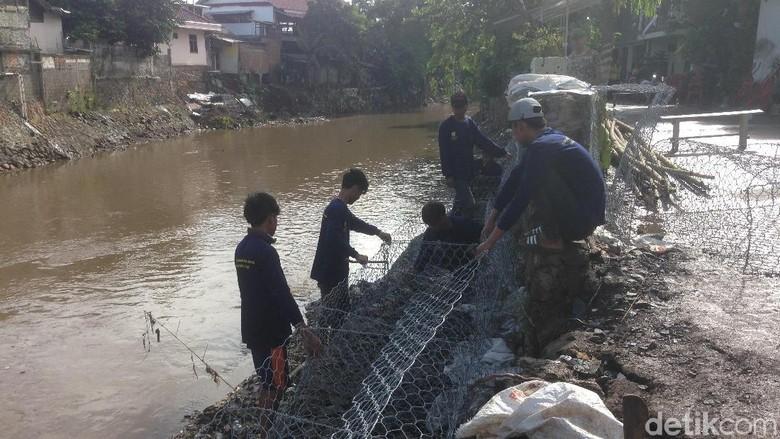 Petugas Gotong Royong Pasang Bronjong di Jalan Retak Kampung Berlan