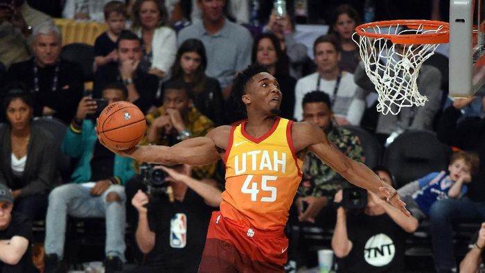 Donovan Mitchell juara kontes slam dunk NBA All-Star 2018 (Foto: Bob Donnan-USA TODAY Sports)