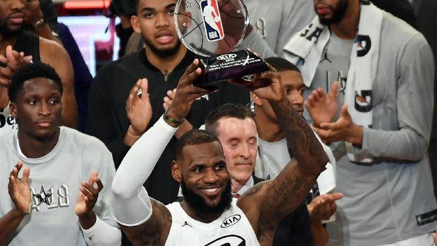 LeBron James mengangkat trofi MVP NBA All Star 2018.