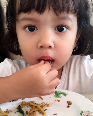 Lihat Nih Aksi Zoe, Anak Artika Sari Devi dan Baim Saat Makan