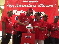 Pemain Persija, Marco Simic menandatangani bola didampingi oleh Direktur PT Industri Jamu dan Farmasi Sido Muncul Tbk, Irwan Hidayat / dok. Sido Muncul