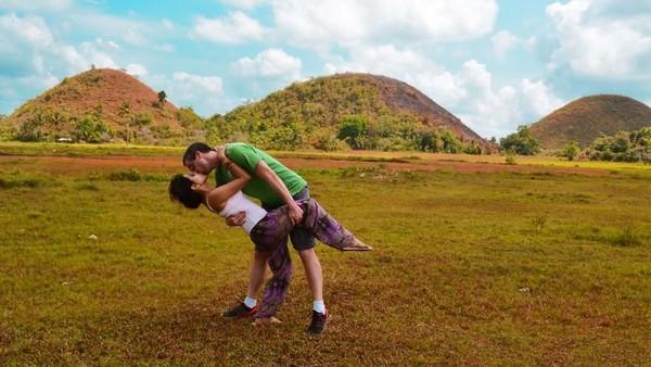 Tidak hanya melepas kangen, Rob dan Joli juga memiliki pose foto andalan yang selalu diambil ketika mereka bertemu. Ini saat di bukit cokelat Bohol di Filipina (@dipkisstravel/Instagram)