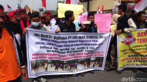Massa demo menuntut lahan mereka