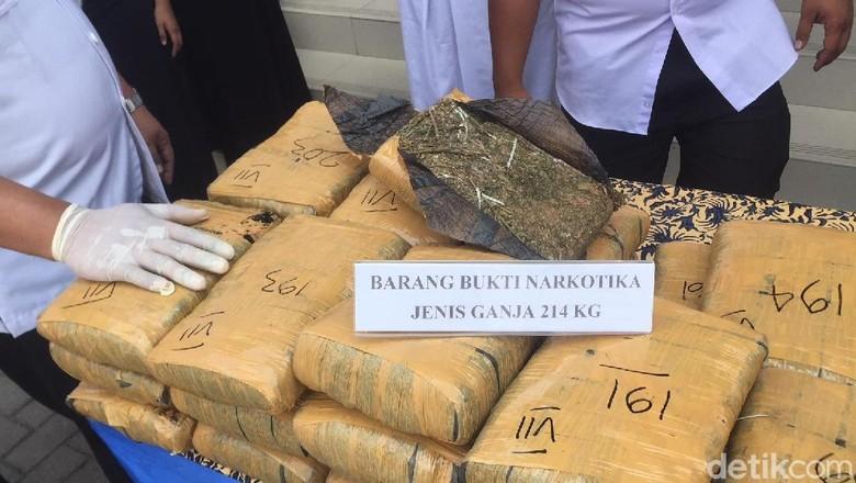 Angkut 214 Kg Ganja, Mobil Kurir Asal Aceh Ditembak dan Masuk Parit