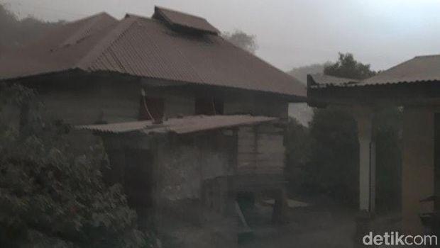 Gunung Sinabung Semburkan Abu Vulkanik 5 Km, 4 Kecamatan Terdampak