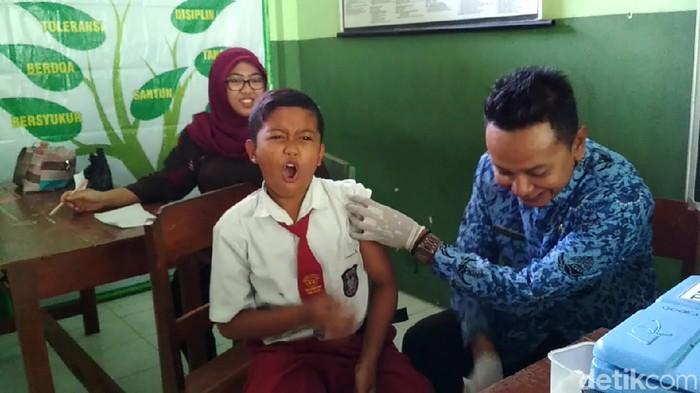 Foto anak yang sedang disuntik difteri. (Foto: Erliana Riady/detikcom)