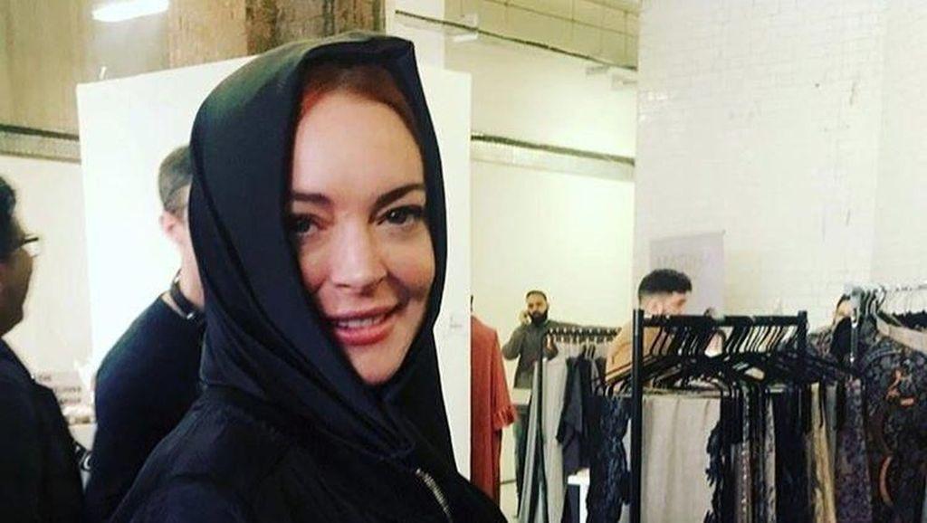 Lindsay Lohan Pakai Kerudung Buatan Desainer Indonesia