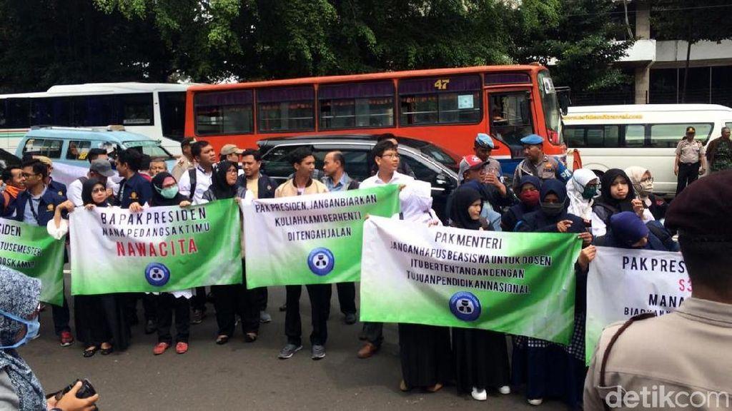 Calon Doktor Demo Sri Mulyani Tuntut Beasiswa