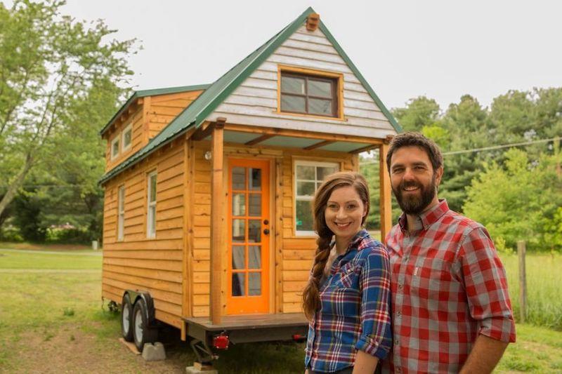 Inilah rumah milik pasangan traveler Christian Parsons (42) dan juga Alexis Stephens (33). Rumah berjalan ini disebut-sebut sebagai The Most Travelled Tiny House in the World. (Tiny House Expedition)