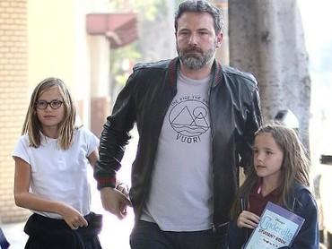 Seraphina Affleck saat jalan bersama ayahnya, Ben Affleck, dan kakaknya ,Violet Affleck. (Foto: Instagram @celeb_babies_kids)