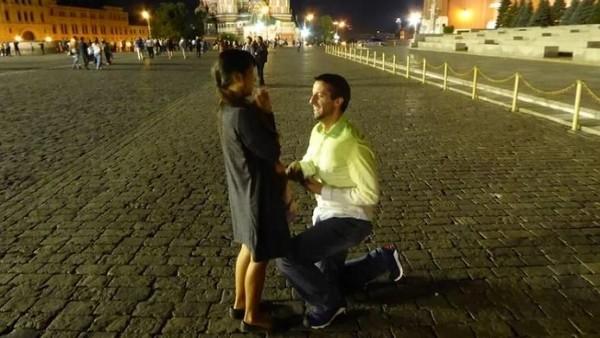Setelah membina hubungan jarak jauh selama 3 tahun, akhirnya Rob memberanikan diri untuk melamar Joli di Red Square Moskow, Rusia. Romantis banget ya! (@dipkisstravel/Instagram)