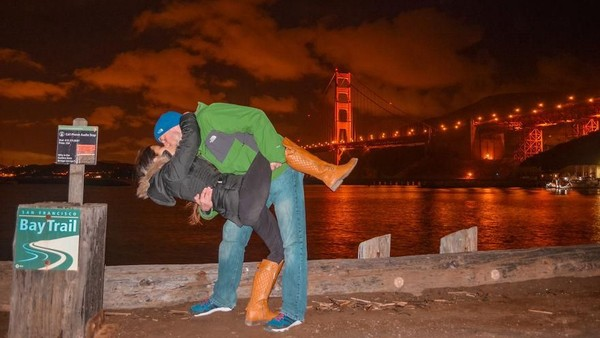 Berhubung Rob tinggal di Amerika, sesekali Joli juga mengunjunginya. Ini saat di depan Golden Gate San Francisco yang termahsyur (@dipkisstravel/Instagram)