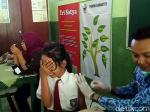 Foto: Aneka Ekspresi Siswa SD Disuntik Difteri